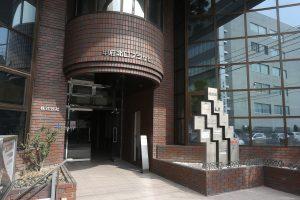 正面玄関の右側が当院の入り口です